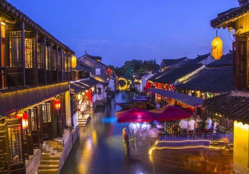 从前,昆山以鱼米茶叶瓷器丝绸远近闻名,各地客商来来往往